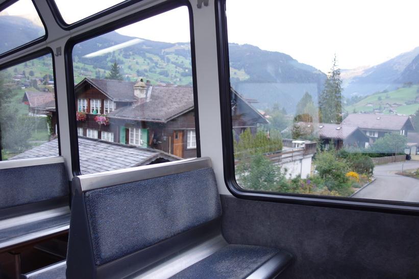 Tåget rullar först långsamt ner några höjdmeter från station Grindelwald ner till station Grund (944 m.ö.h.), också den i Grindelwald.