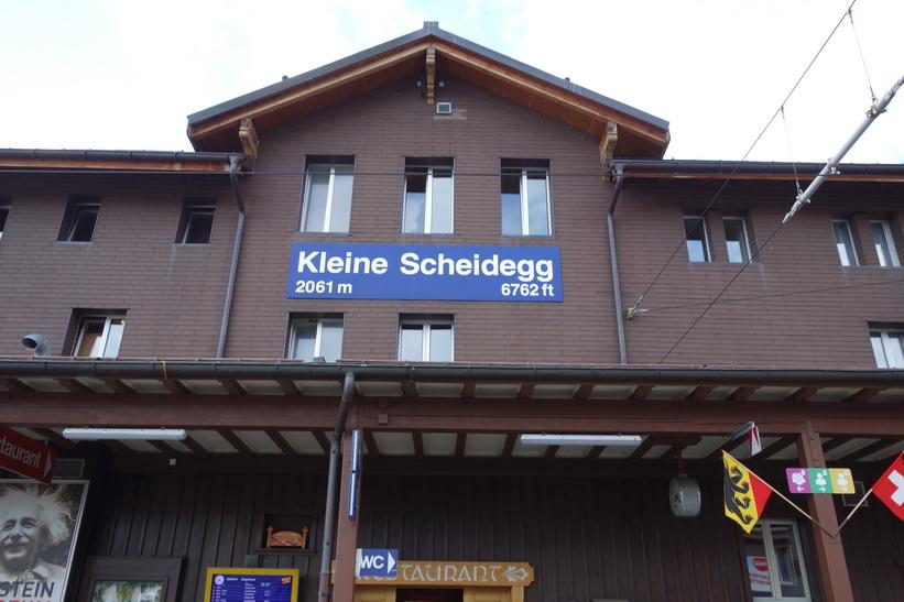 Framme vid station Kleine Scheidegg och byte till tåg längs Jungfraubahn med station Jungfraujoch som mål.