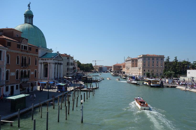 Canal Grande med katolska kyrkan San Simeone Piccolo till vänster i bild, Venedig.