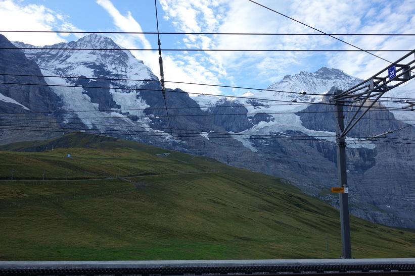 Bergstoppen Jungfrau (4158 m.ö.h.) till vänster i bild sedd från Kleine Scheidegg tågstation.