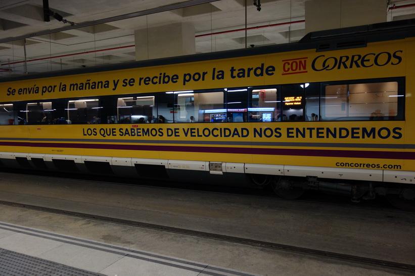 Ett tåg har precis anlänt från Barcelona till stationen i Girona.