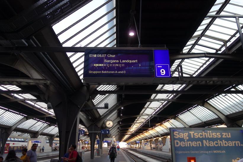 Här har jag hittat plattformen för mitt tåg till Sargans, Zürich Hauptbahnhof.
