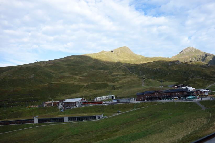 Station Kleine Scheidegg sedd från tåget på väg upp till station Eigergletscher (2320 m.ö.h.).