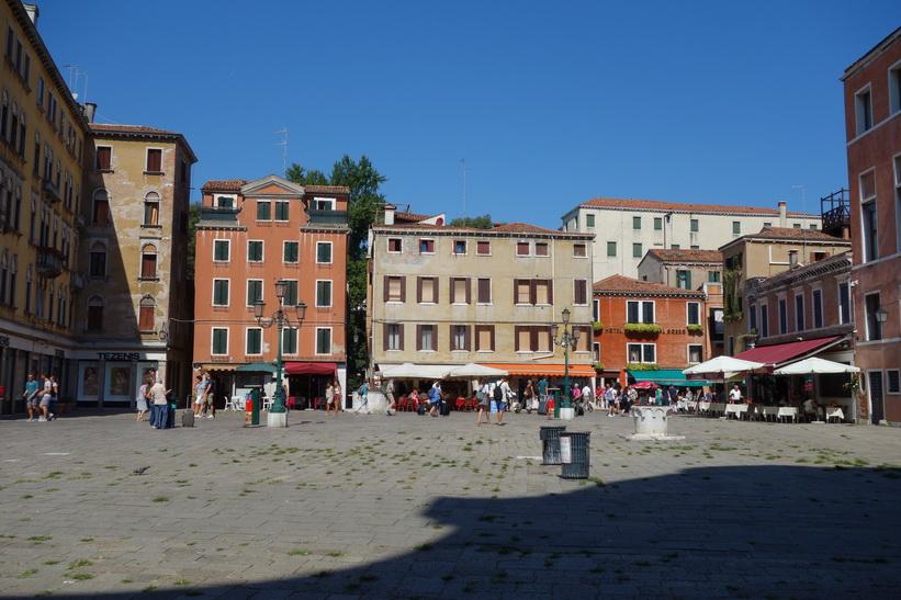Charmiga torget Campo San Geremia, Venedig.