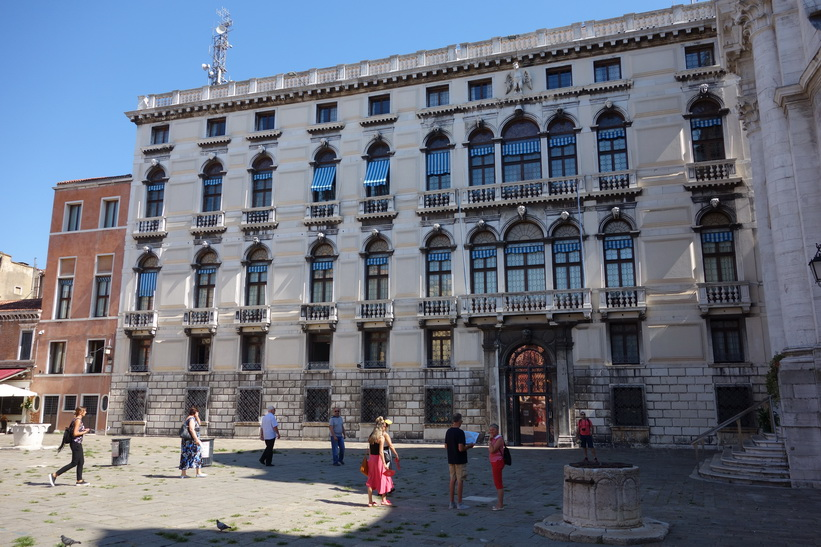 Arkitekturen vid charmiga torget Campo San Geremia, Venedig.