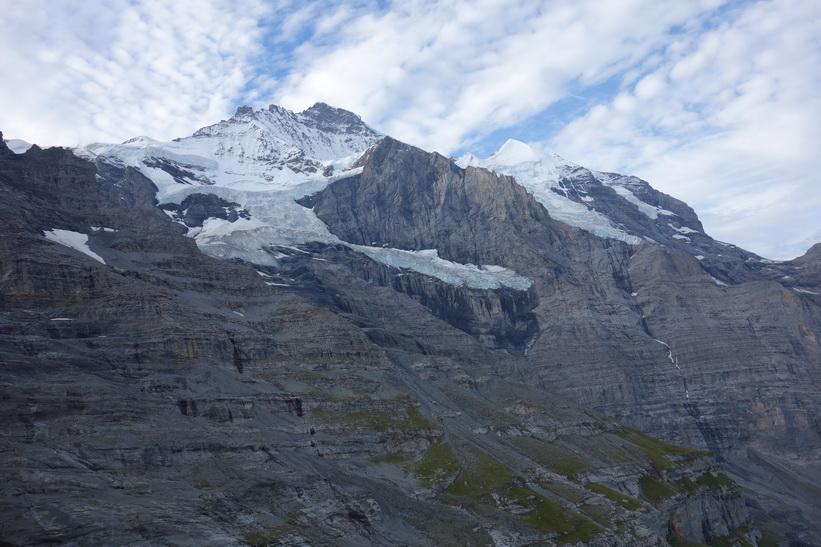 Utsikten från tåget mellan station Kleine Scheidegg (2061 m.ö.h.) och station Eigergletscher (2320 m.ö.h.). Den helvita bergstoppen till höger i bild är Silberhorn (3695 m.ö.h.).