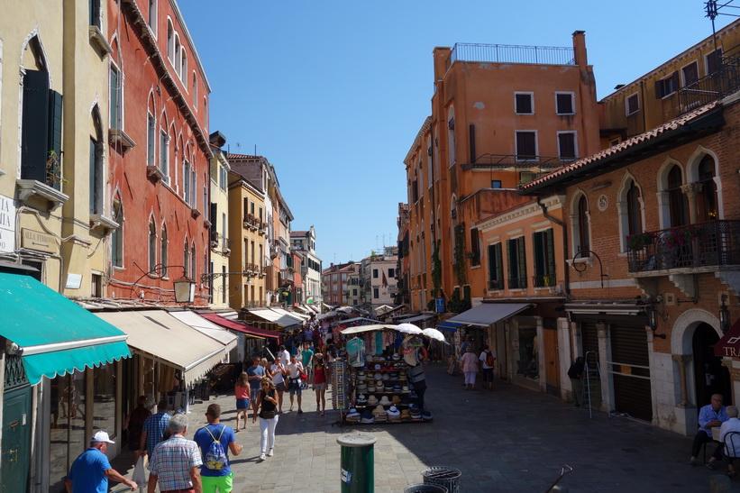 Gatuscen längs gatan Rio Terà S. Leonardo, Venedig.