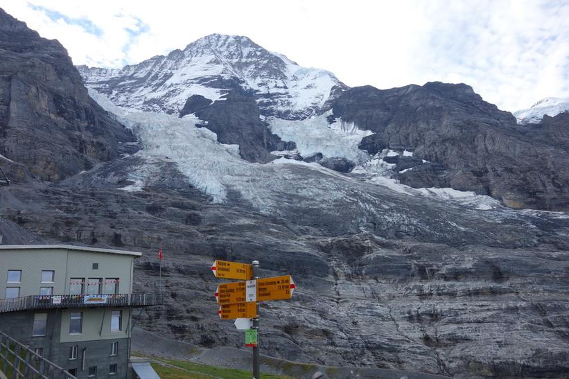 Bergstoppen Jungfrau (4158 m.ö.h.) sedd från station Eigergletscher (2320 m.ö.h.).