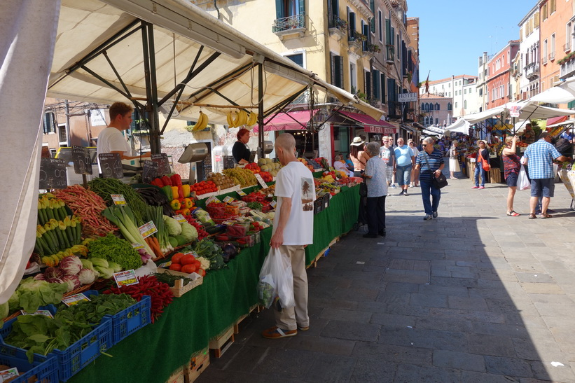 Marknad längs gatan Rio Terà S. Leonardo, Venedig.