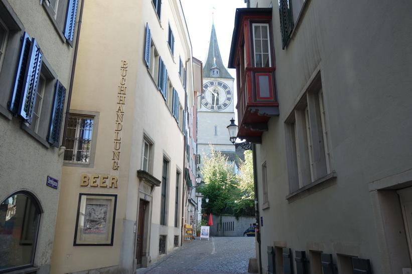 Vacker arkitektur i gamla staden med klocktornet på St. Peterskirche i bakgrunden, Zürich.