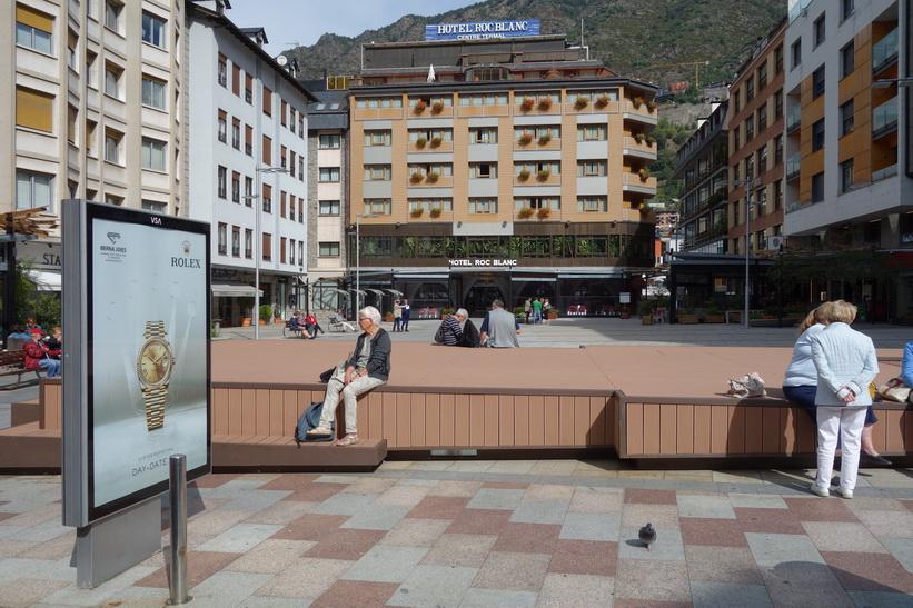 Torget Plaça Coprínceps som jag har utsikt över från mitt hotellrumsfönster, Andorra la Vella.