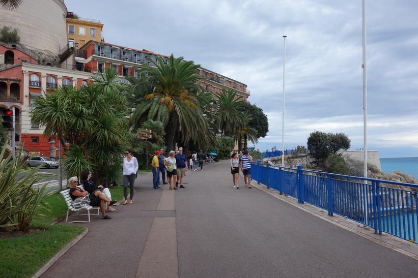Promenad längs gång- och cykelvägen vid gatan Quai des États-Unis, Nice.