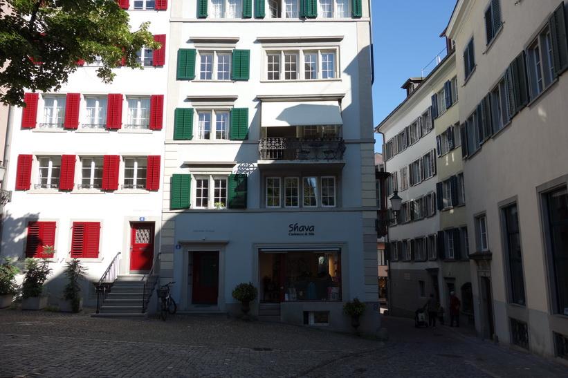 Arkitekturen vid idylliska torget St. Peter-Hofstatt, Zürich.