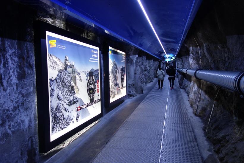 På väg till hissen som ska ta mig 117 meter upp till Sphinx-terrasen på 3571 meter över havet, Jungfraujoch.