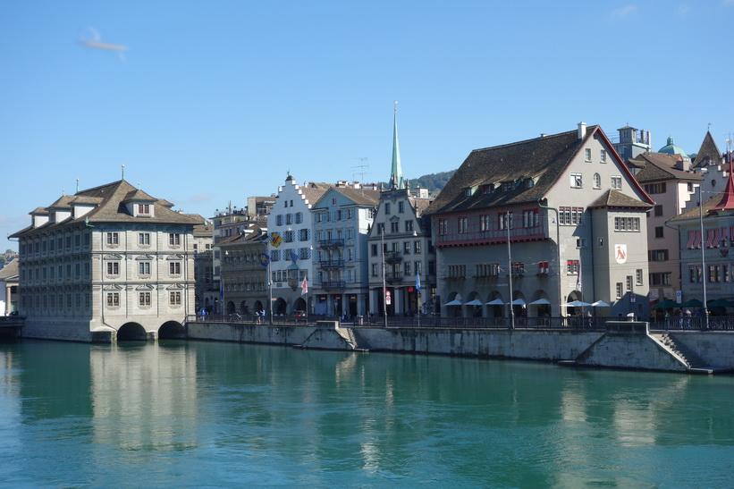 Zürich vackra stadshus till vänster i bild.