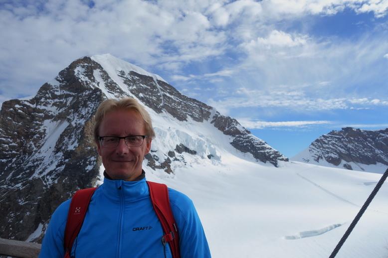 Stefan med bergstoppen Mönch (4107 m.ö.h.) i bakgrunden, Sphinx-terrasen, Jungfraujoch.