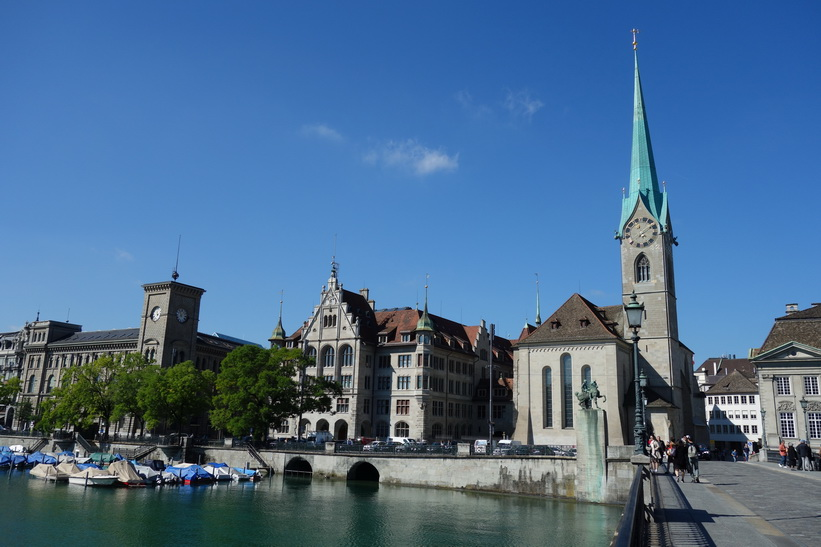 Vacker arkitektur vid floden Limmat med Kirche Fraumünster till höger i bild, Zürich.