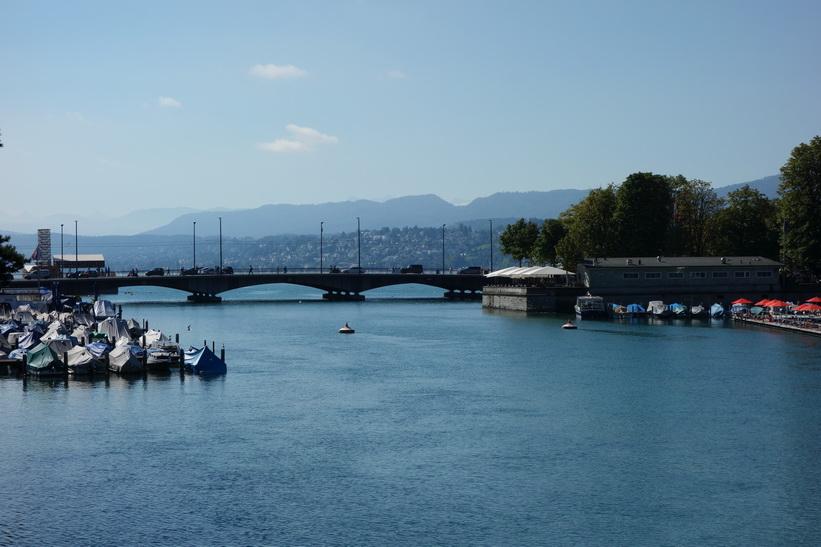 Floden Limmats utlopp i Zürichsjön, Zürich.
