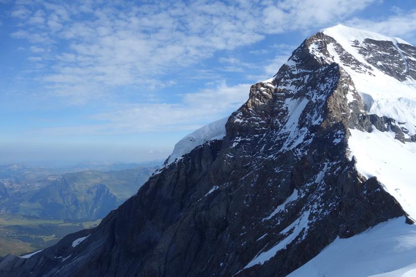 Bergstoppen Mönch (4107 m.ö.h.) sedd från Sphinx-terrasen, Jungfraujoch.