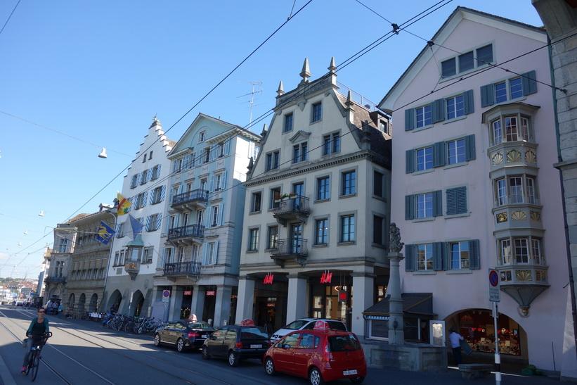 Dessa oerhört vackra hus längs gatan Limmatquai är så kallade Guild houses. Man nästan hör historiens vingslag i detta kvarter, Zürich.