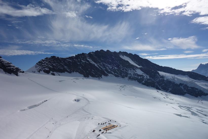 Högsta bergstoppen i mitten av bilden heter Trugberg (3933 m.ö.h.), Sphinx-terrasen, Jungfraujoch.