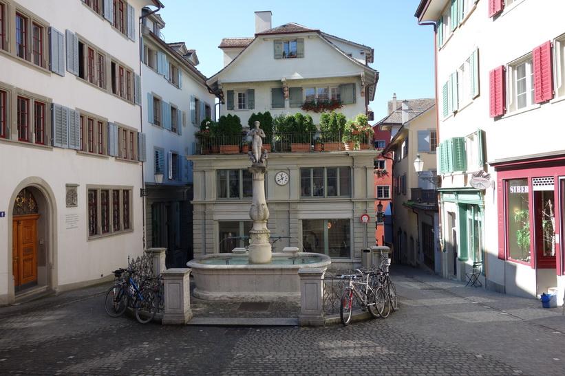 Fantastiskt vackra Napfplatz med Napfbrunnen i förgrunden, Zürich.