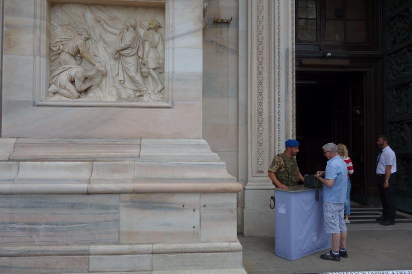 Säkerheten var mycket hög för att komma in i Duomo di Milano, Milano.