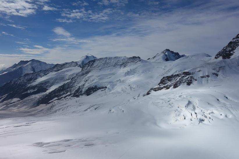 Bergstoppen Rottalhorn (3972 m.ö.h.) till höger i bild sedd från Sphinx-terrassen, Jungfraujoch.