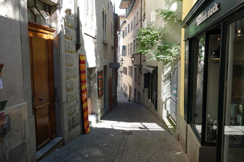 Mysig del av gatan Spiegelgasse, Zürich.