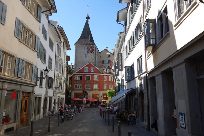 Gatuscen längs gatan Neumarkt, Zürich.