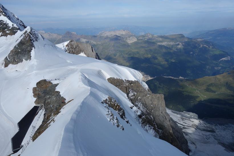 Utsikt från Sphinx-terrassen med en del av Guggigletscher till höger i bild, Jungfraujoch.