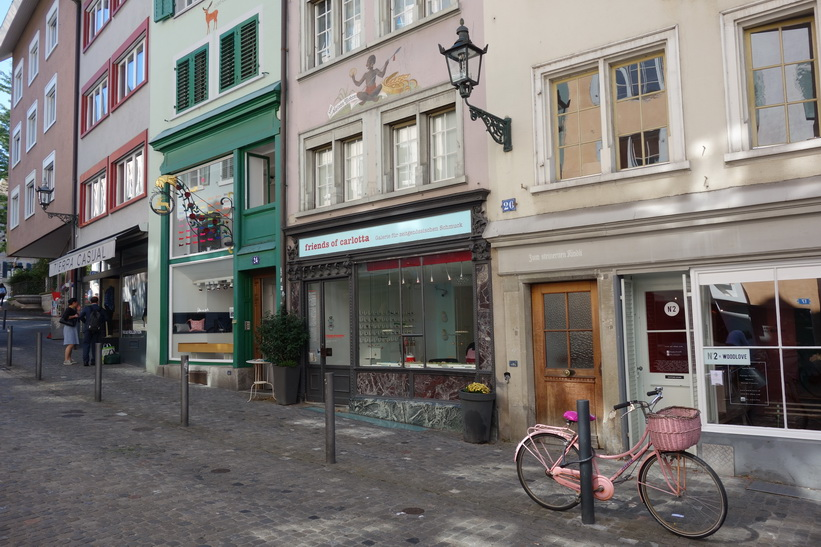 Vacker arkitektur längs gatan Neumarkt, Zürich.