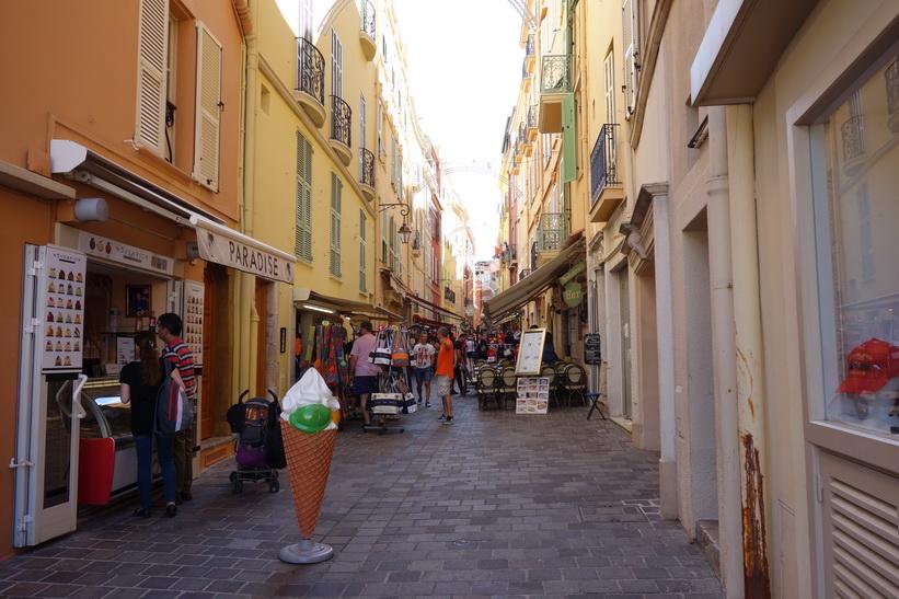Gränd i gamla staden, Monaco.