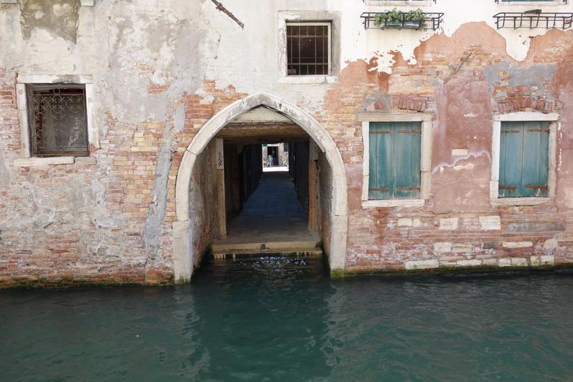 Gammal husfasad längs kanalen, Venedig.