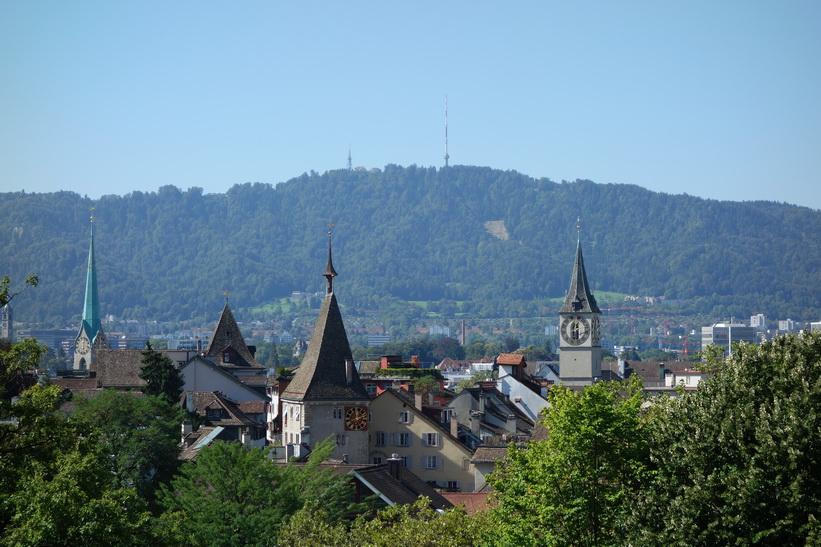 Utsikt över Zürich många kyrktorn. En riktigt vacker stad.