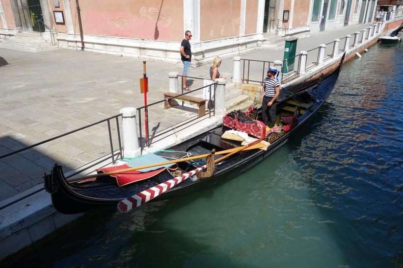 Gondol med gondoliär och två turister, Venedig.