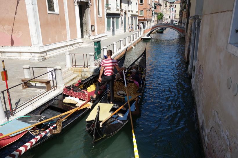 Gondoliär med två gondoler, Venedig.