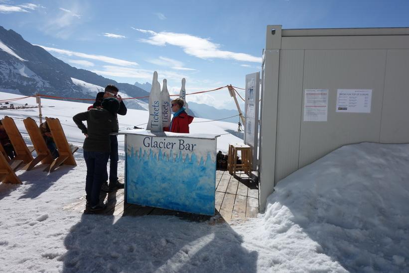 Glaciärbaren utanför Jungfraujoch-stationen.