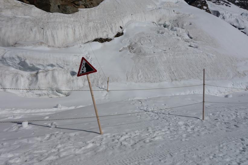 Varning för fallande sten, promenaden från Jungfraujoch till Mönchsjochhütte.