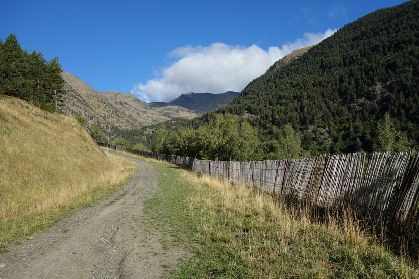 Vandring i riktning upp mot bergstoppen Port Vell från Arinsal.