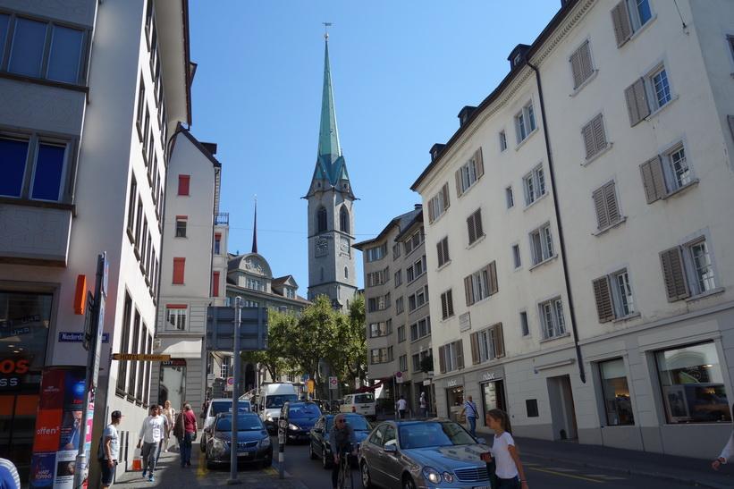 Gatuscen längs gågatan Niederdorfstrasse, Zürich.