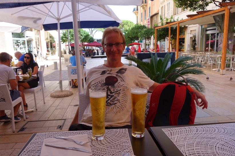 Stefan dricker öl i downtown Monaco.