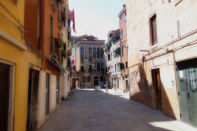 Gatuscen i vackra Venedig.