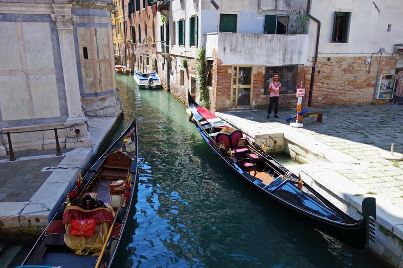 Kanal med gondoler, Venedig.