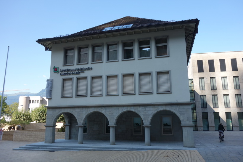 En av många banker i Vaduz.