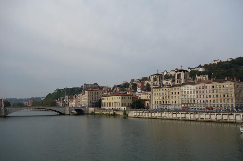 Floden Saône med del av Fourvière hill till höger i bild, Lyon.