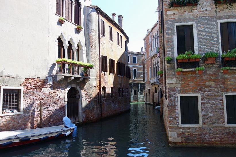 Två kanaler som korsar varandra, Venedig.