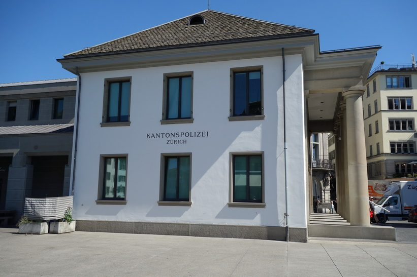 Polisstationen vid floden Limmat i centrala Zürich.