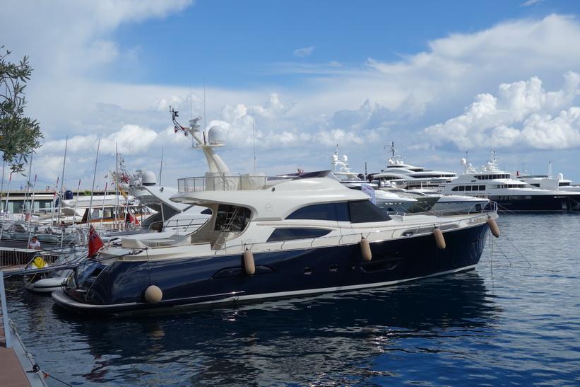 Rikedomarna står på rad i hamnen i Monaco.