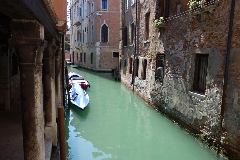 Kanal med vacker arkitektur, Venedig.